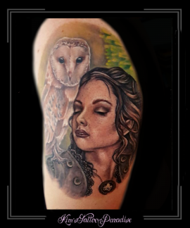 uil vrouw portret bovenarm kerkuil