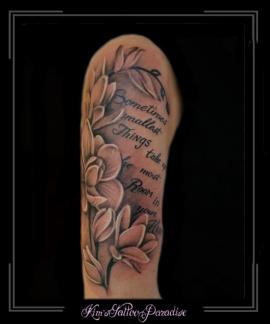 bloemen en tekst bovenarm