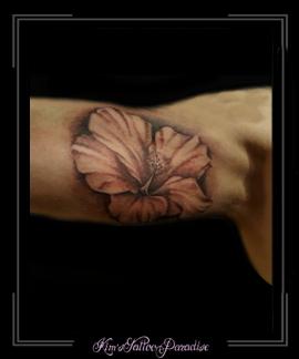 bloemen hybiscus bovenarm