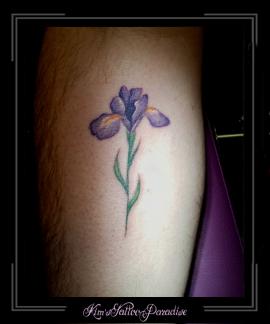 bloemen iris gedenk tattoo onderarm