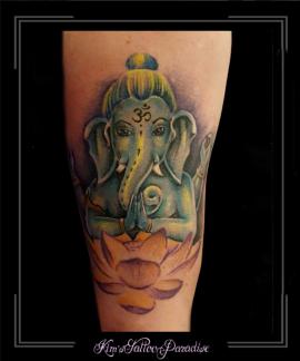 ganesha olifant lotus bloemen bovenarm
