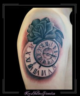 klokken en roos bovenarm