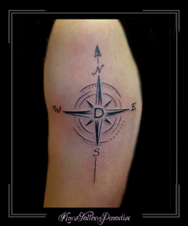 kompas reizen initialen bovenarm
