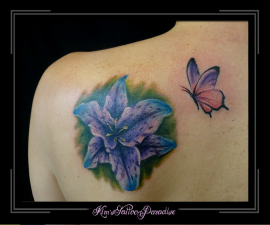 lelie bloem met vlinder schouder