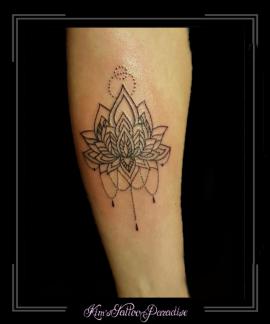 lotus bloemen mandala kant onderarm