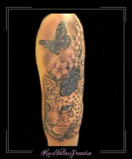 luipaard roofdier poema vlinders bloesem bloemen bovenarm