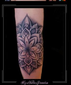 mandala bloem elleboog