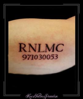 mariniers idcode bovenarm cijfers letters tekst