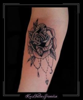 roos ingetekend arm