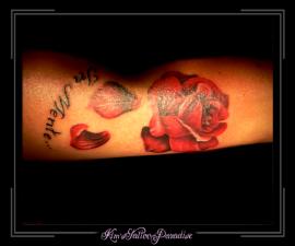 roos met blaadjes op arm