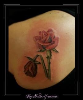 roos en verwelkte roos schouder