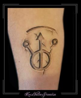 signature derek riggs handtekening illustrator iron maiden oud marmerstijl onderarm