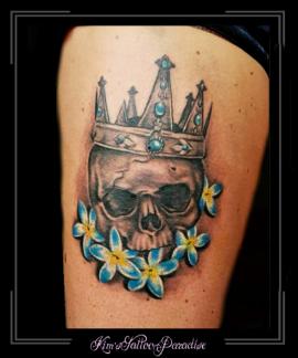 skull bovenbeen bloemen
