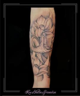 slang en bloemen onderarm
