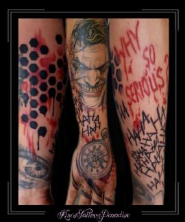 sleeve,onderarm,polka trash,the joker,dots,oog,ogen,tekst,kompas,