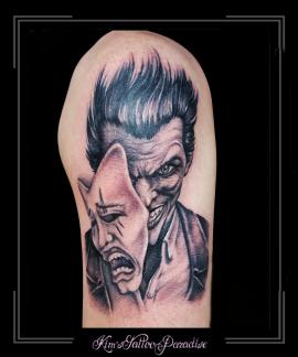 yin yang lacht en huilt negatief positief masker portret bovenarm