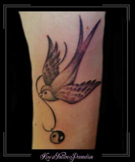 yin yang zwaluw bovenarm