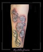infinity initialen bloemen onderarm