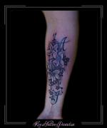 initialen en bloemen onderarm