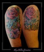 love liefde vrienden bloemen rozen initialen vlinders bovenarm