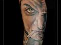man sigaret portret dreigend onderarm gezicht