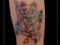 maneki-neko-japanse-poes-wenkende-kat-gelukskat-onderarm-initialen