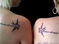 moeder dochter teken op de schouder