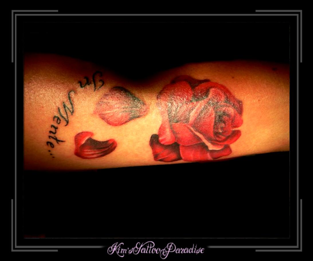 Roos Met Blaadjes Op Arm  Kims Tattoo Paradise