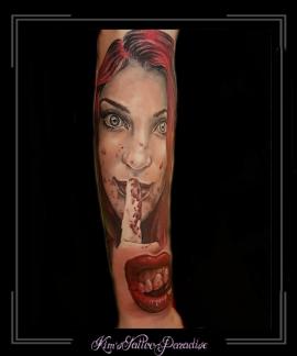 lippen mond gebit bloed vrouw vinger portret onderarm
