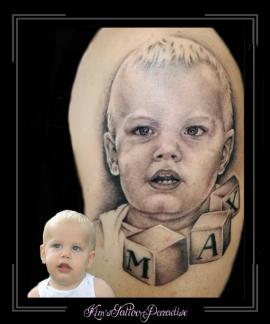 portret jongetje baby en blokken bovenarm1