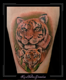 tijgerwelpbabykleurmoeder-en-kindroofdierdijbeen